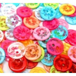 Plastikknap med blomster motiv. Pose med 20 knapper i blandede farver 14mm